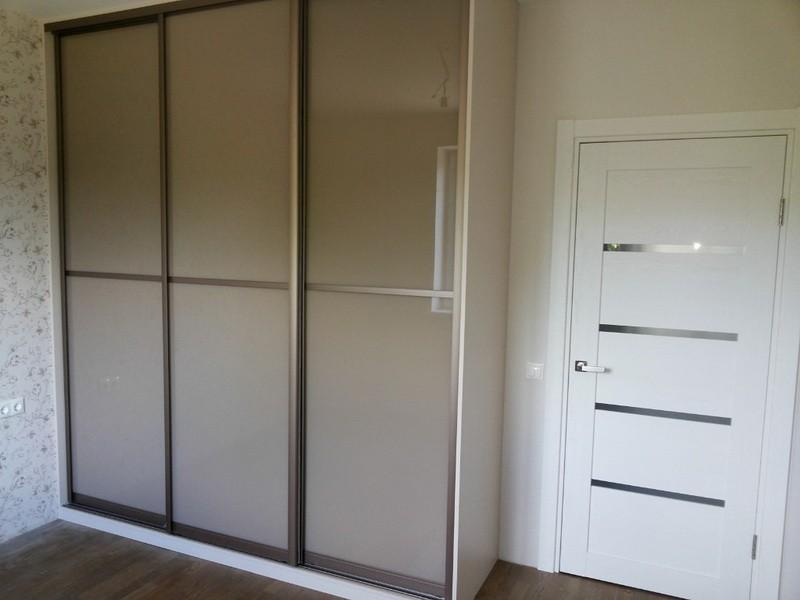 Встроенный шкаф-купе бежевое стекло Нова