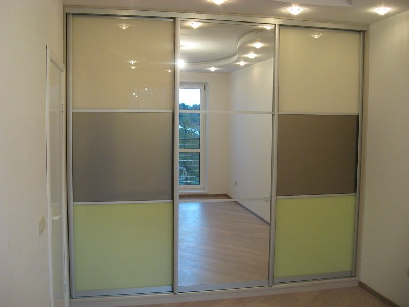 Встроенный глянцевый шкаф-купе с зеркалом Фели