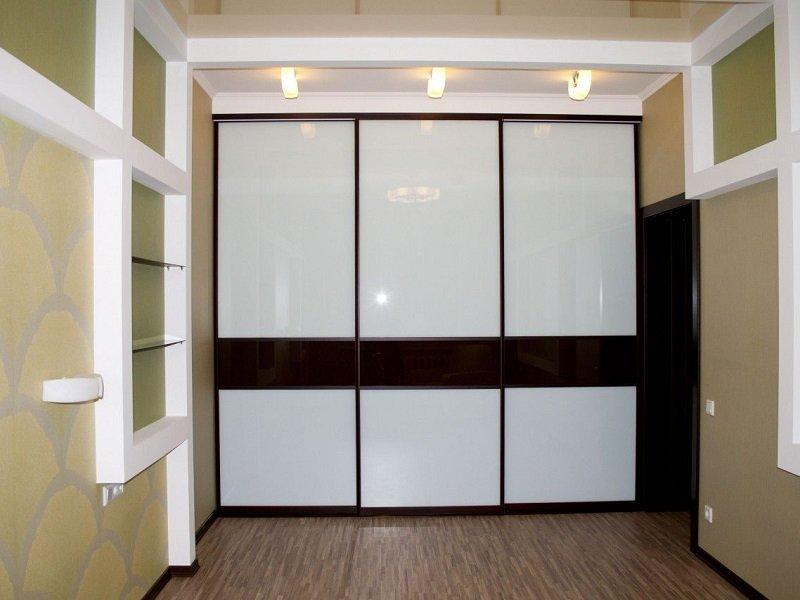 Черно-белый шкаф-купе Кортика