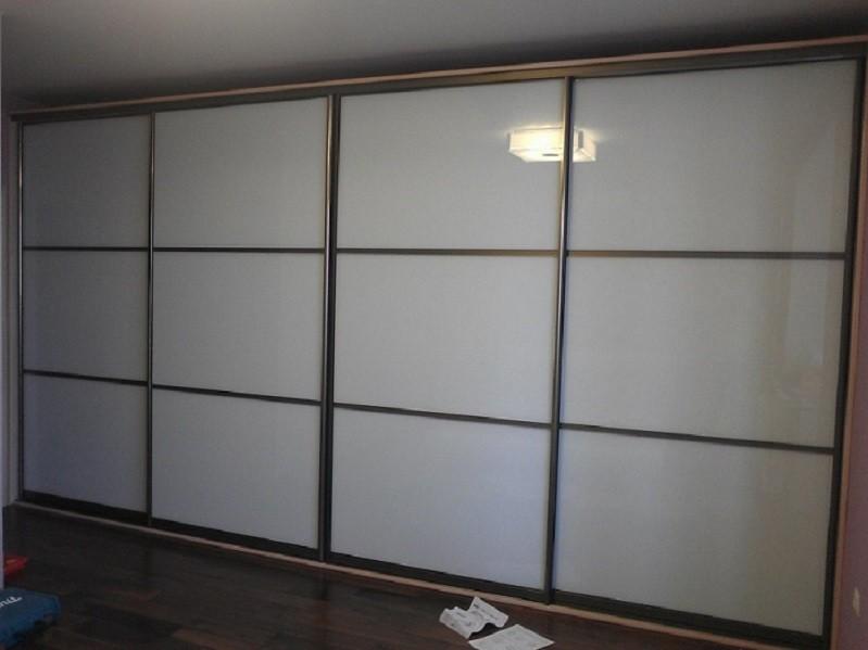 Белый встроенный шкаф-купе в гостиной Лора
