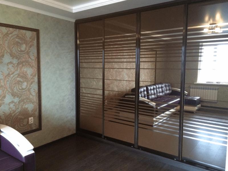 Шкаф-купе зеркало пескоструй в гостиную Пуэрта