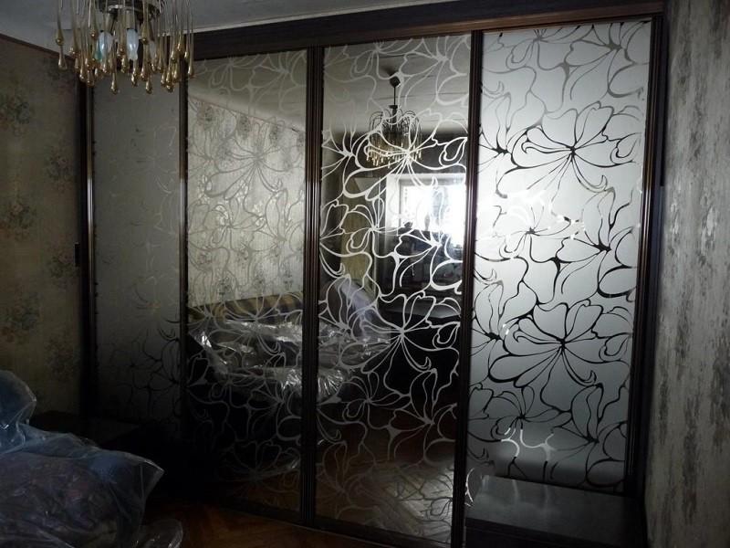 Встроенный шкаф-купе зеркало с пескоструем в спальню Шоколад