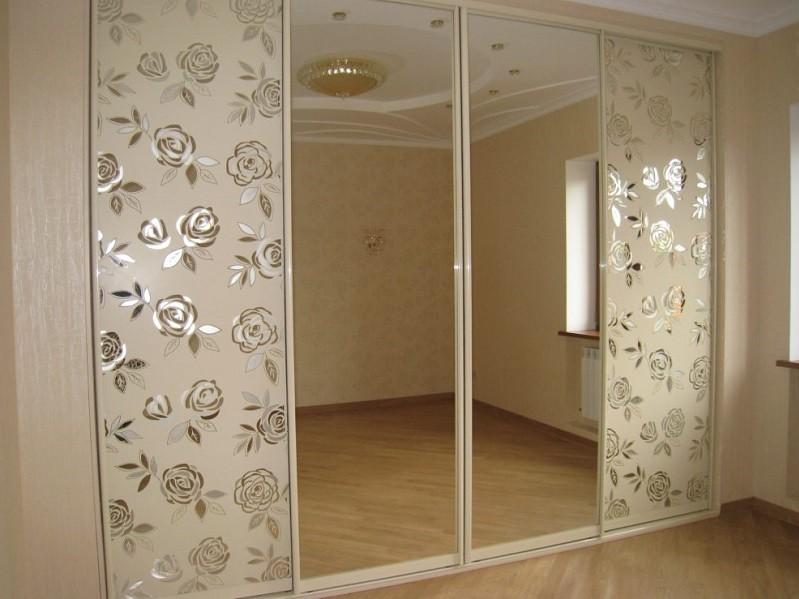 Шкаф-купе встроенный в стену зеркало с пескоструем Пиджи