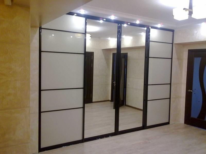 Зеркальный шкаф-купе до потолка в прихожей Плаза