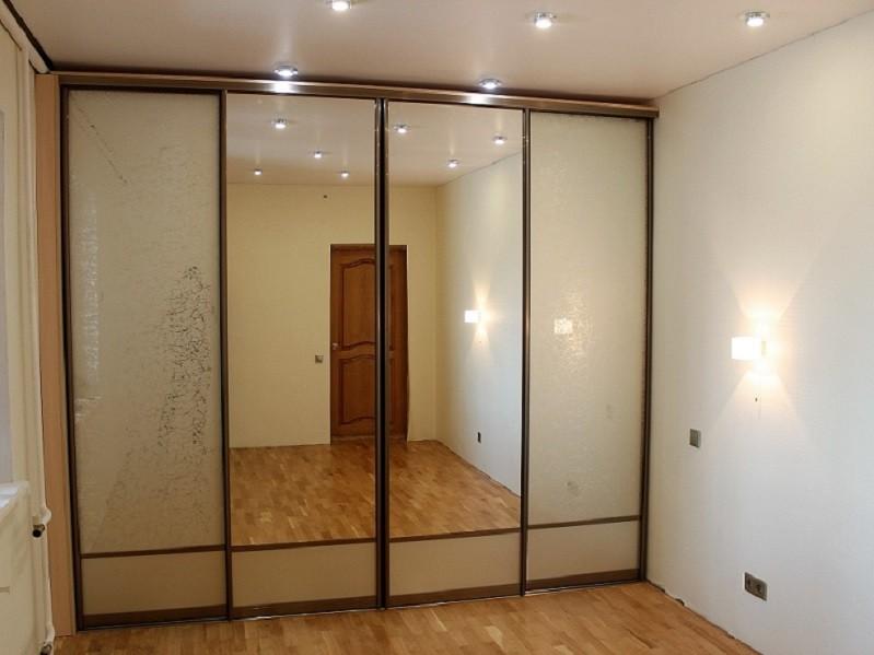 Шкаф-купе четыре двери зеркальный в комнату Сити