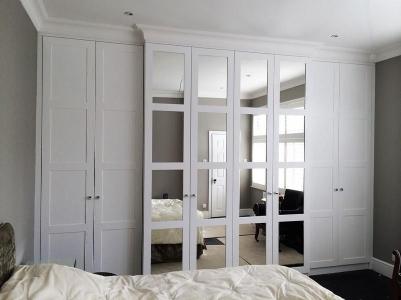 Распашной белый шкаф с рамочными фасадами Юлис