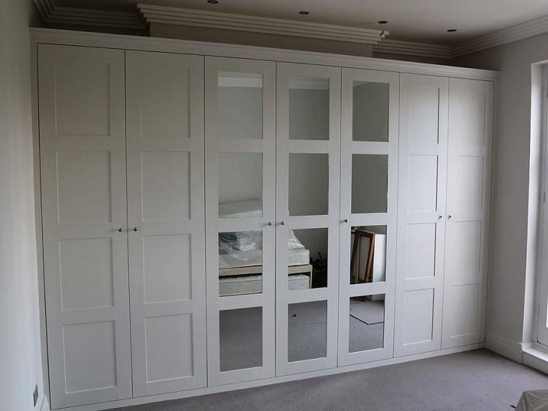 Шкафы распашные в классическом стиле