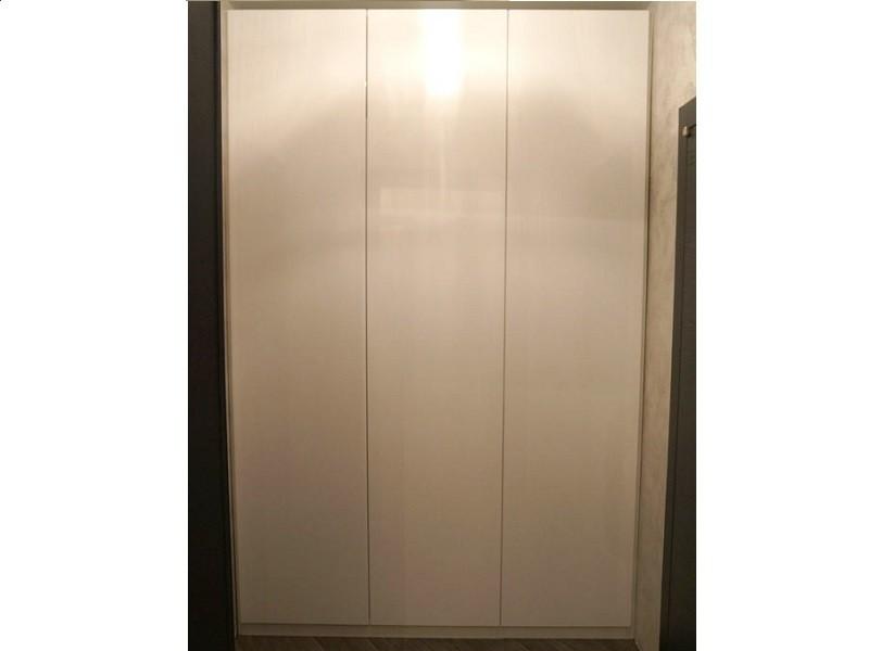 Распашной белый шкаф без ручек Янтарь