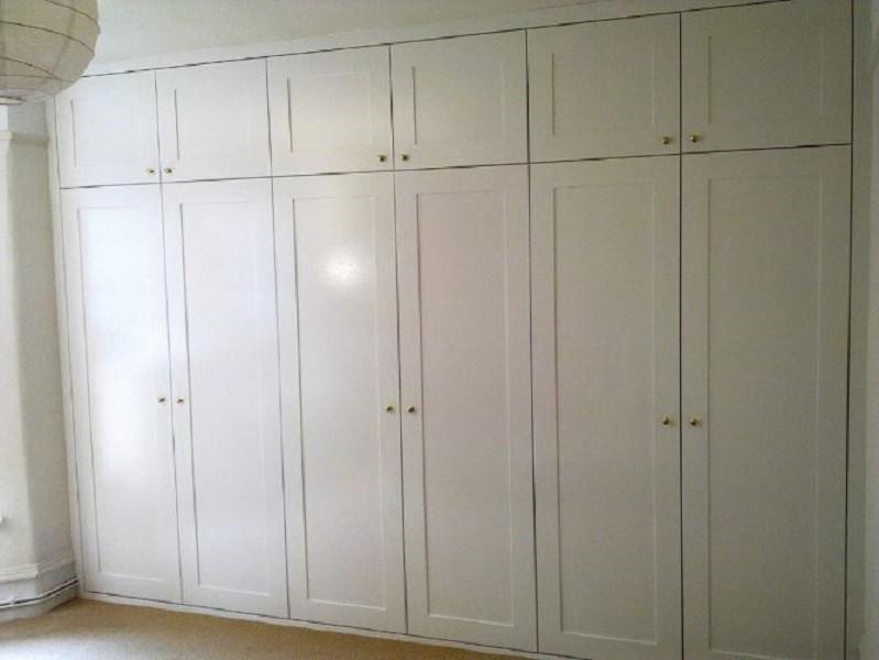 Распашной встроенный шкаф с фрезеровкой до потолка Юриц