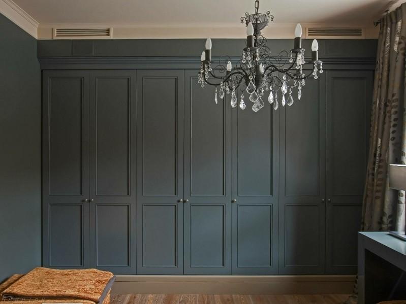 Серый встроенный распашной шкаф до потолка Версус