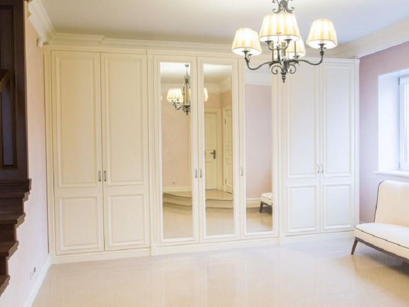 Белый шкаф с распашными дверями в классическом стиле Верон