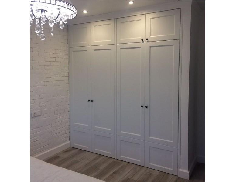 Светлый встроенный распашной шкаф классика Вандер