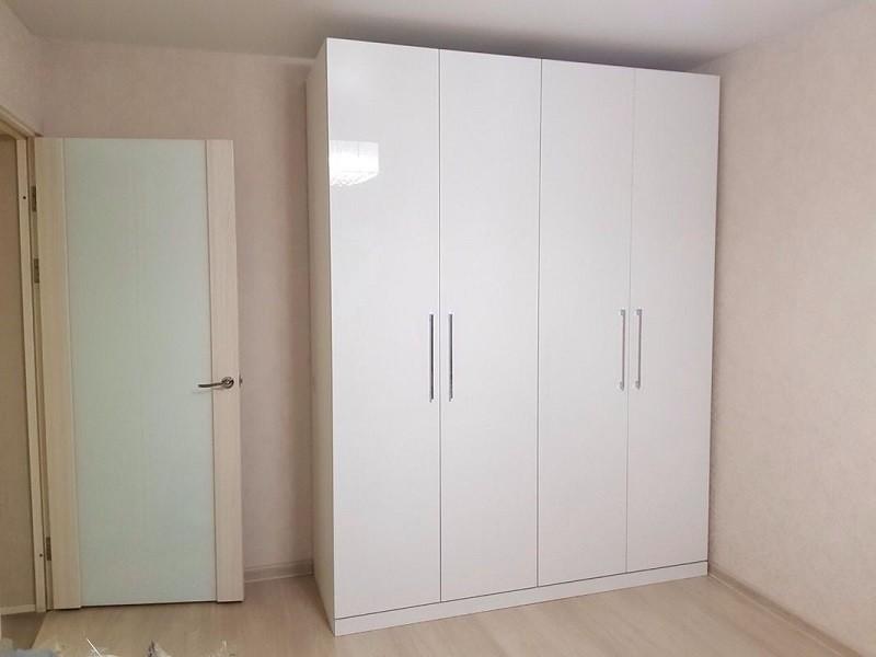 Белый глянцевый распашной шкаф №1107