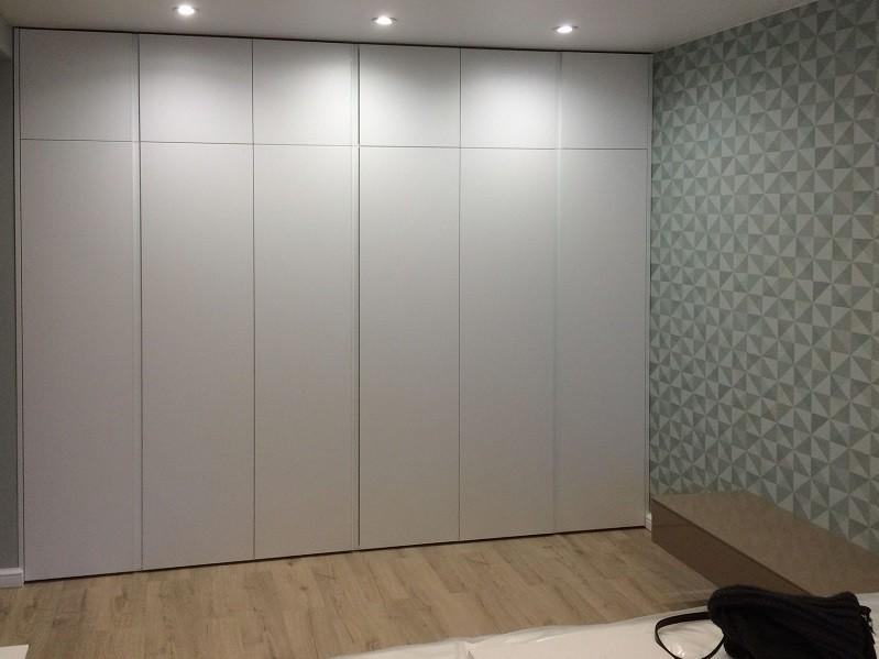 Встроенный шкаф с антресолями без ручек №1116