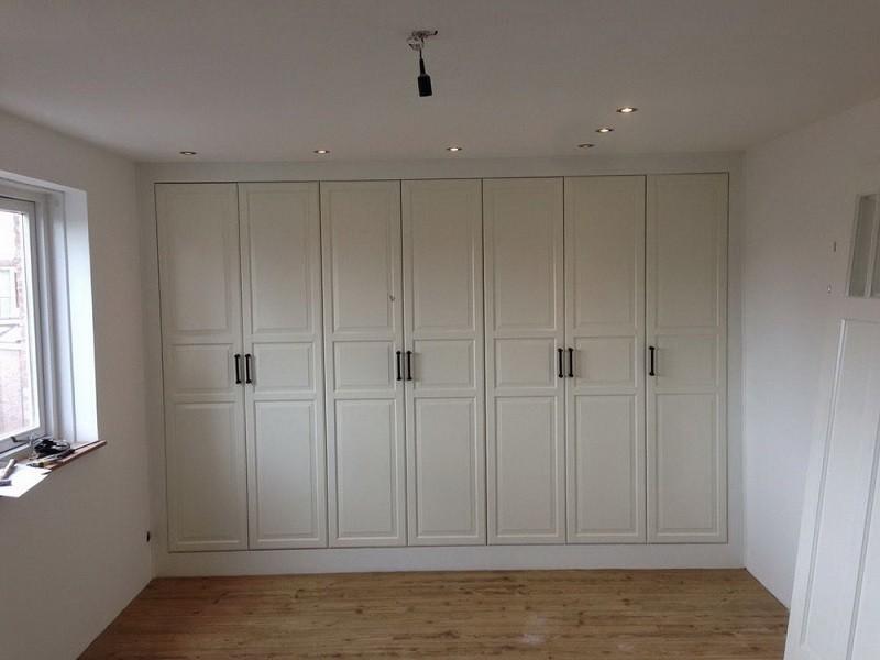 Белый распашной шкаф с черными ручками №1129