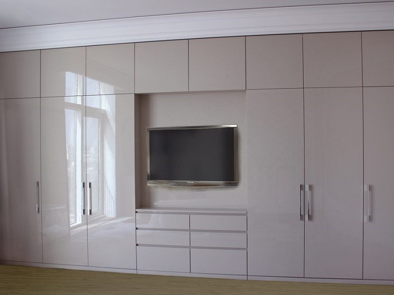 Большой глянцевый шкаф с нишей и комодом №1132