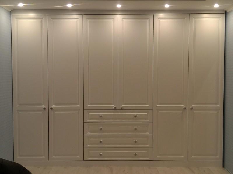 Распашной встроенный шкаф в классическом стиле №1134