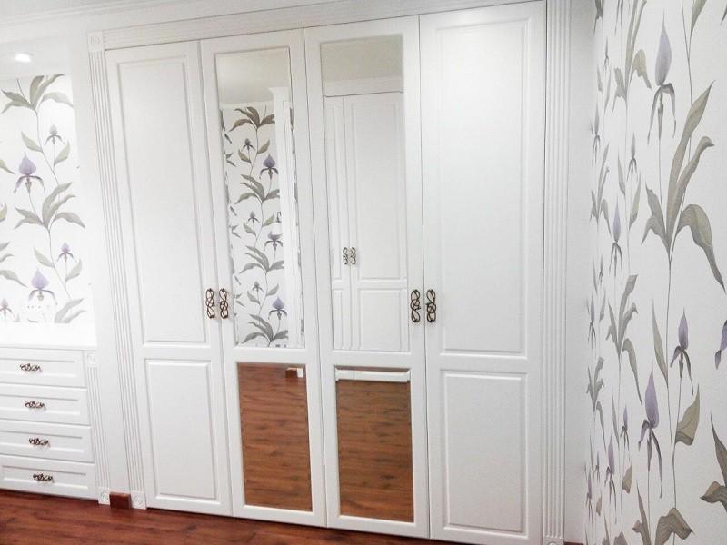 Распашной шкаф классика с зеркалом №1136