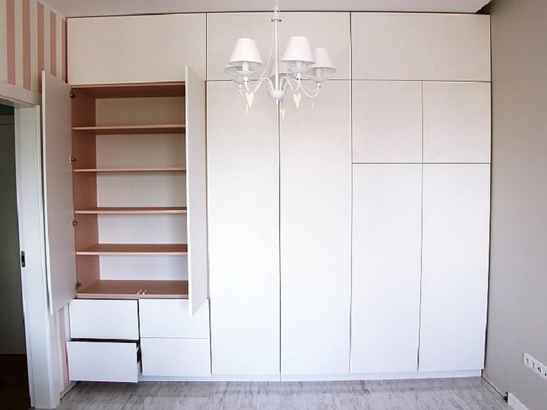 Белый шкаф Egger во всю стену №1151