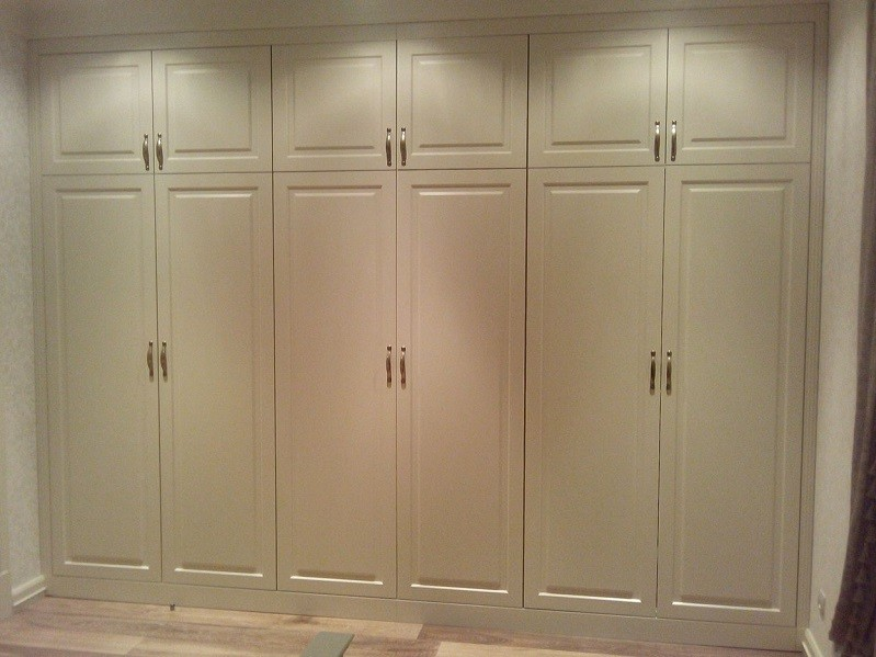 Распашной классический встроенный шкаф №1155