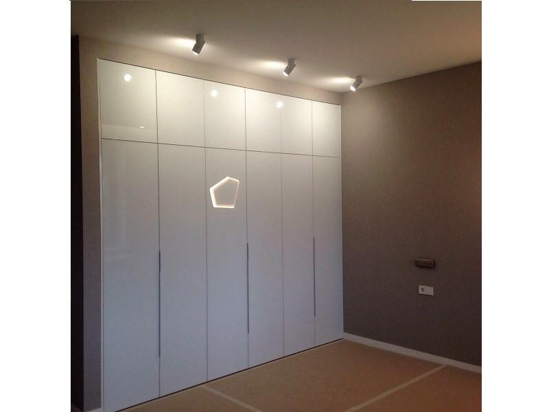 распашной встроенный шкаф фасады белое стекло