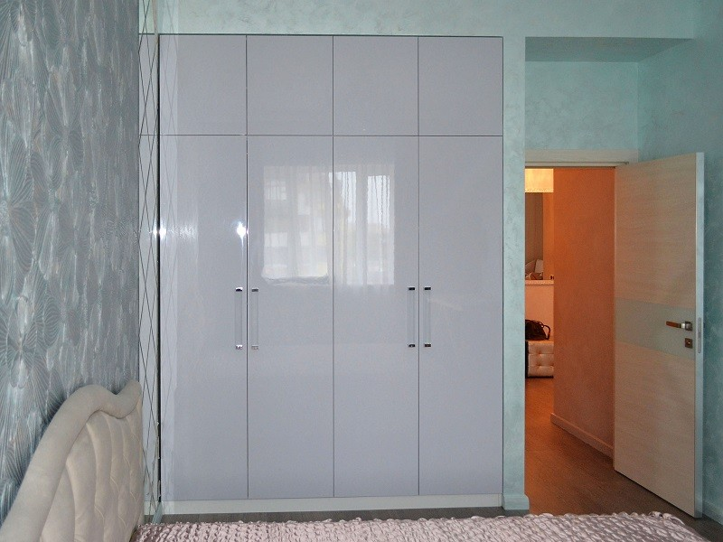 глянцевый распашной шкаф с антресолями