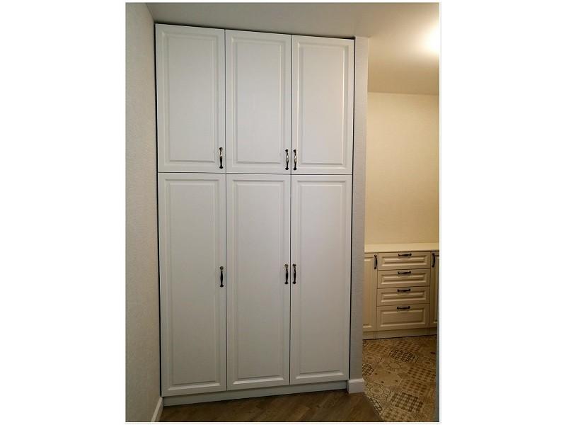 Распашной белый отдельностоящий шкаф №1195
