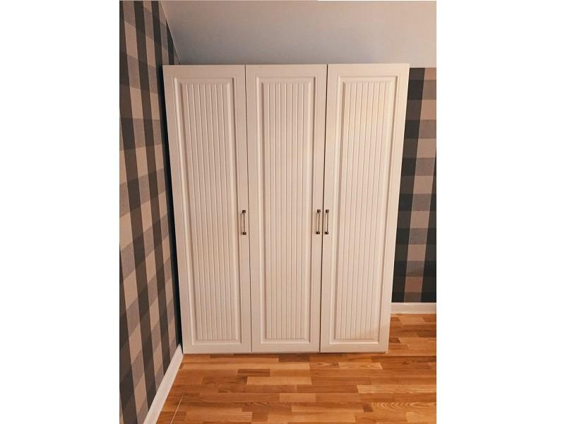 Белый распашной шкаф на мансарду №1251