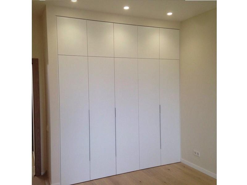 Встроенный распашной шкаф без ручек №1212