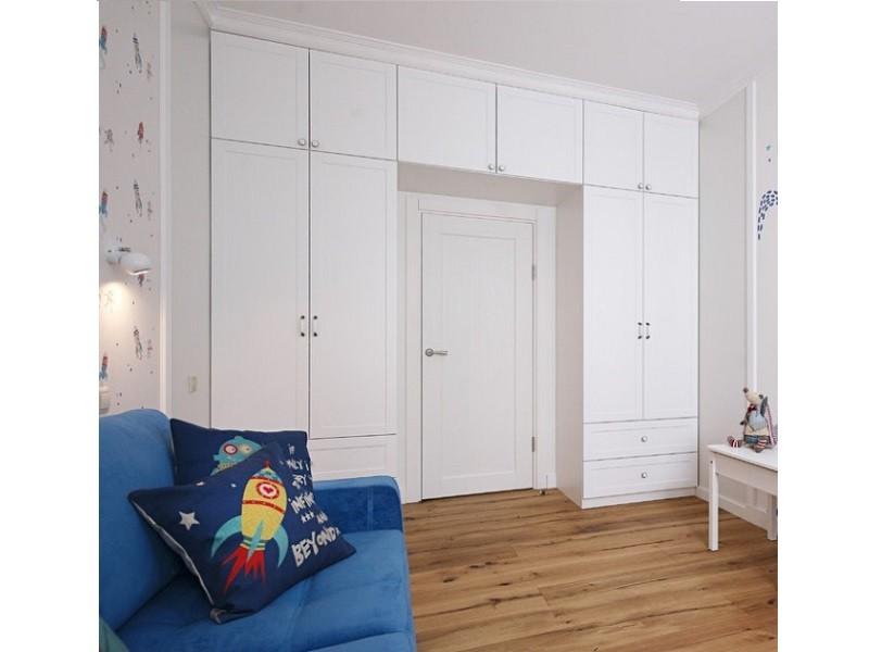 Белый распашной шкаф вокруг двери №1252