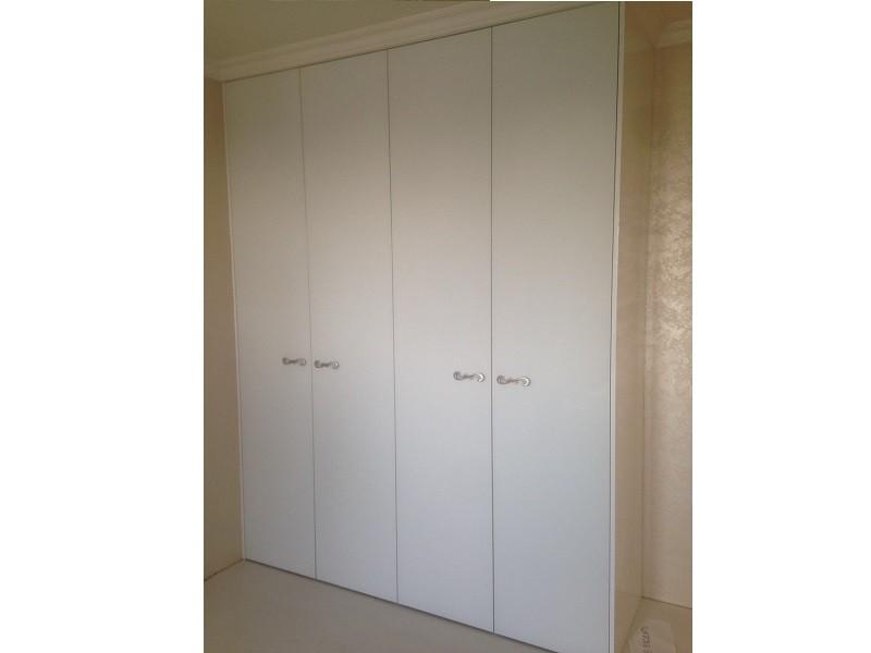 Встроенный распашной шкаф до потолка №1218