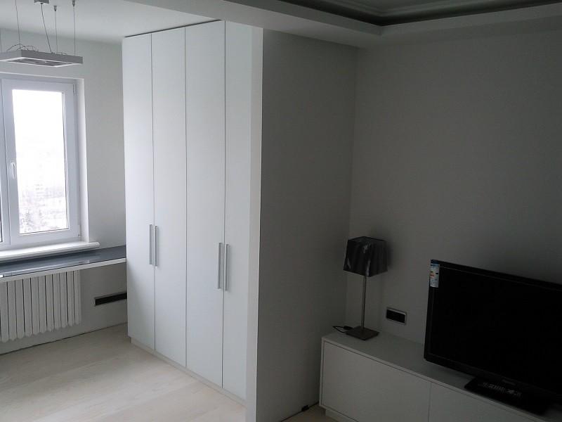 Распашной белый шкаф в спальню №1254
