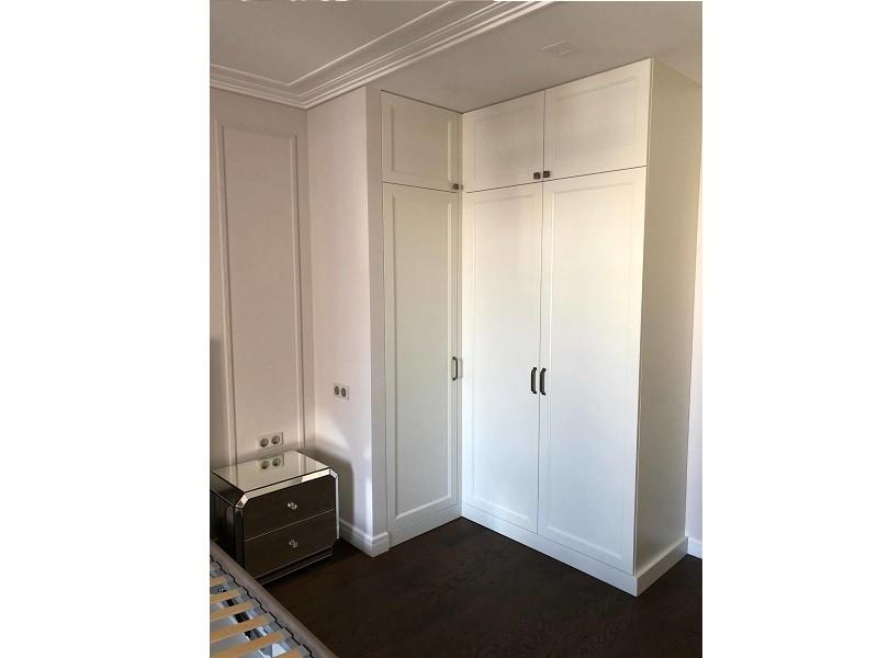 Встроенный угловой распашной шкаф №1230