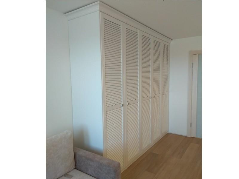 Распашной белый шкаф с жалюзийными фасадами №1255
