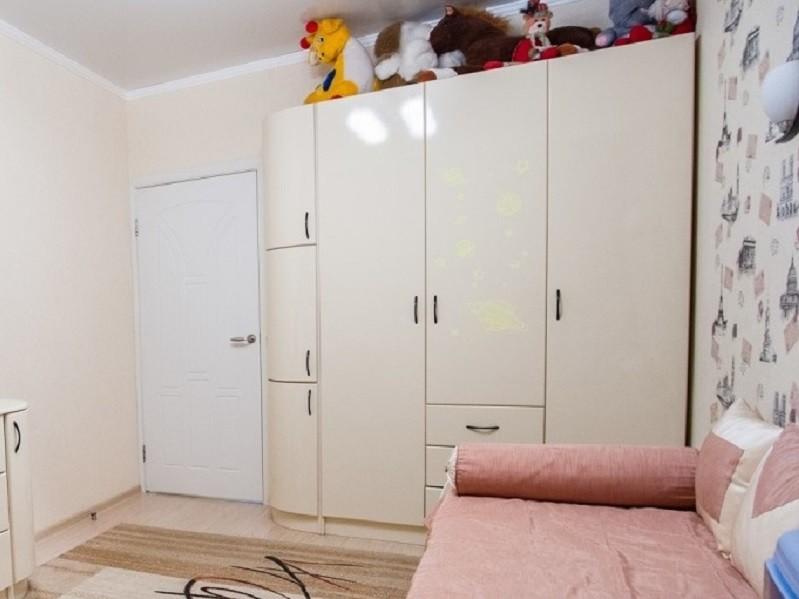 Белый распашной шкаф с закругленными фасадами №1256