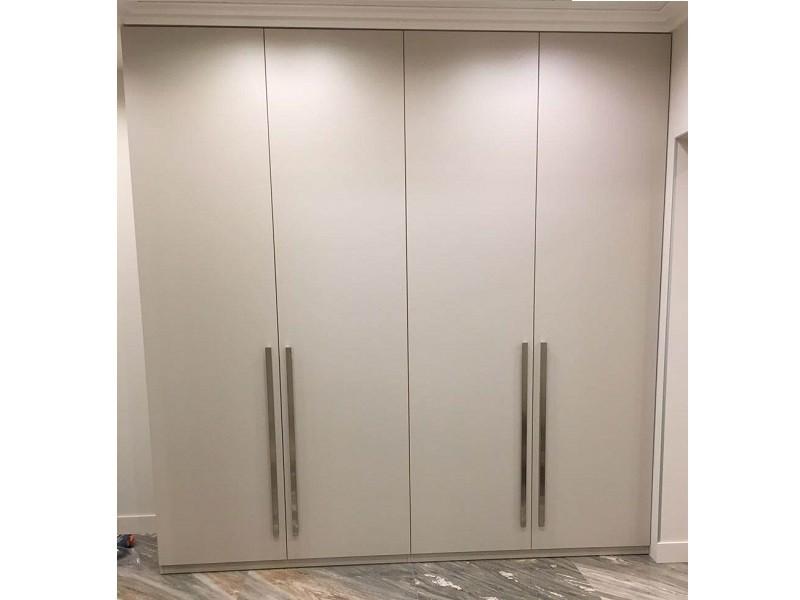 4 дверный распашной шкаф до потолка матовый