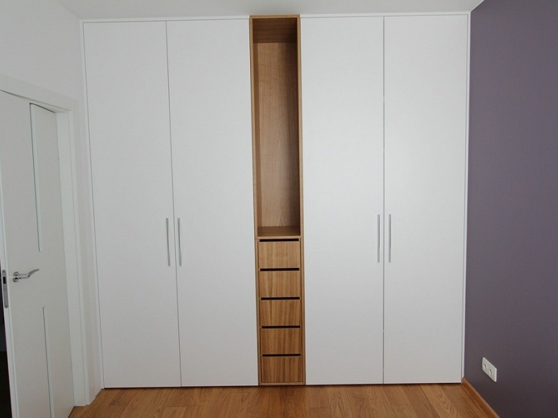 Встроенный распашной шкаф с открытыми ящиками №1235