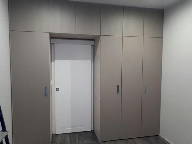 Матовый распашной шкаф до потолка №1275