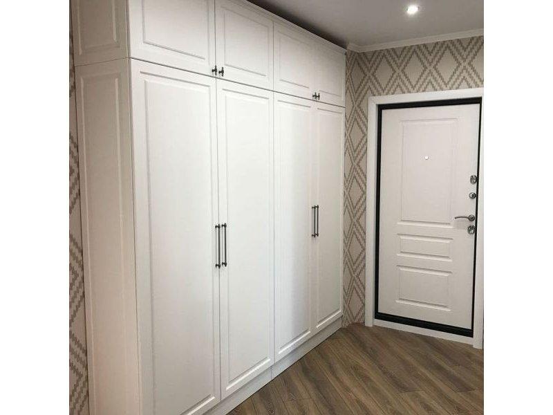 встроенный распашной шкаф классический с фрезеровкой