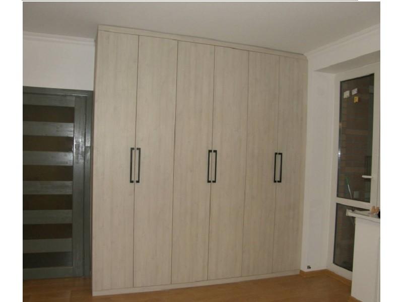 Встроенный распашной шкаф с фасадами под дерево №1240