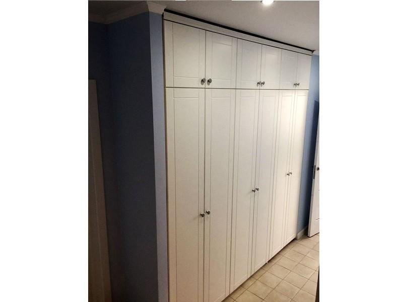 Большой встроенный шкаф в нишу в прихожей №1241