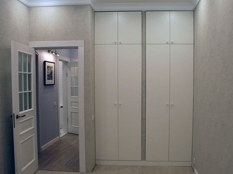 Встроенный распашной шкаф в нише 4 двери №1242