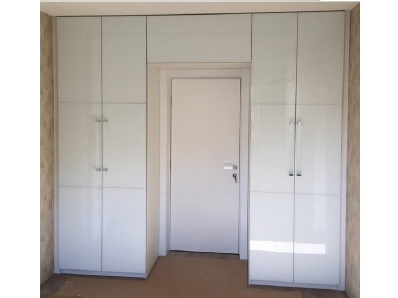 Распашной глянцевый шкаф вокруг двери №1285