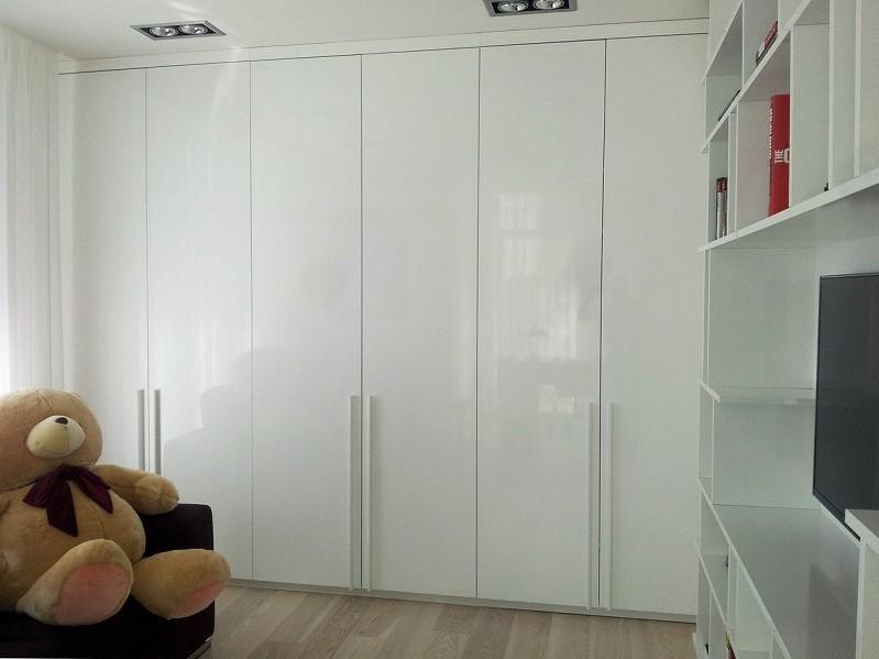 Распашной глянцевый встроенный шкаф №1286