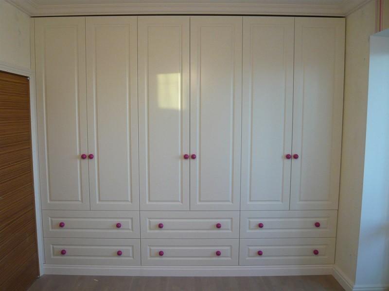 Распашной глянцевый шкаф с фрезеровкой №1287