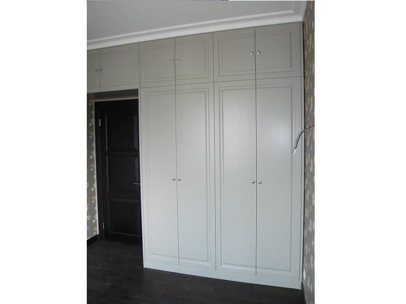 Распашной белый классический шкаф вокруг двери №1258