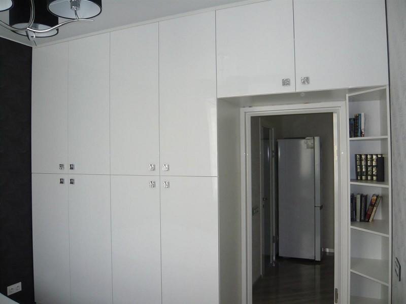 Распашной белый шкаф с открытыми полками №1259