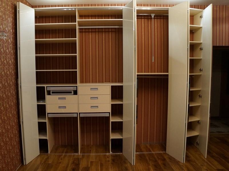 Раздвижные двери гармошкой для гардеробной