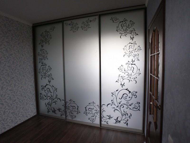 Три двери-купе с пескоструйным рисунком
