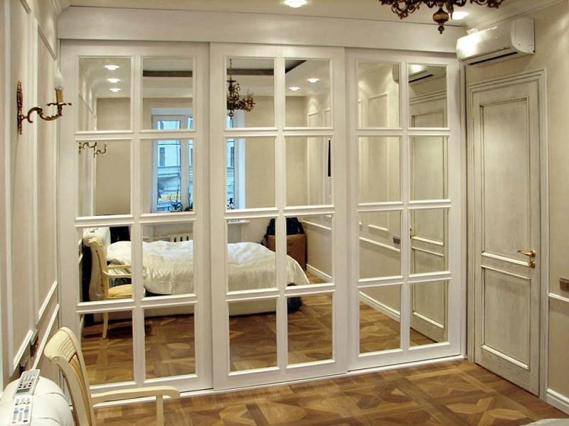 Белые двери-купе с зеркалами